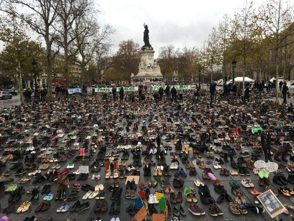 Thousands of shoes were placed on the Place de la Républic after the climate march was forbidden (photo: Avaaz)