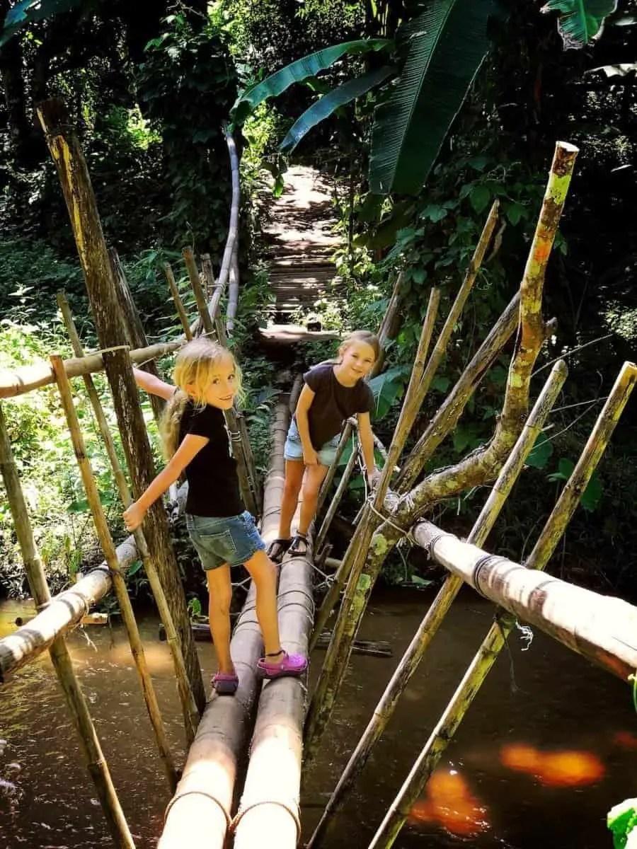 dziewczyny na mostku do hippisowskiej komuny w czasie naczej wycieczki do plemienia Karen - Długie szyje