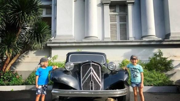 Sajgon - pozujemy przed starym samochodem the travelling twins