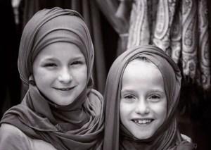 10 najlepszych miejsc do zobaczenia w Maskacie - moje dziewczyny w hidżabie na souq w Mutrah