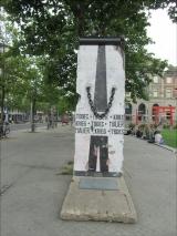 """<h5>Die Berliner Mauer in Bremen</h5><p>Details, Copyright:  <a href=""""http://the-wall-net.org/?p=1478"""">Bremen</a> / Mehr <a href=""""http://the-wall-net.org/category/the-berlin-wall/d/"""" >Standorte in Deutschland</a></p>"""