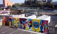 """<h5>Köpenicker Straße</h5><p>Köpenicker Straße 22-29 <strong>Dämmisol</strong> © <a href=""""http://galerie-noir.de"""" target=""""_blank"""">Thierry Noir</a> <br>Datum der Aufnahme: 2007                                                                                                                                                                                                                                                                                                                                                                                                                                                                                                                              </p>"""