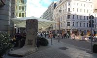 <h5>Behrenstraße</h5><p>Behrenstraße <strong>Westin Grand Hotel</strong> © The Wall Net <br>Datum der Aufnahme: 2016                                                                                                                                                                                                                                                                                                                                                                                                                                                                                                                              </p>
