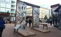 <h5>Friedrichstraße</h5><p>Friedrichstraße <strong>Checkpoint Charlie</strong> © The Wall Net <br>Datum der Aufnahme: 2016                                                                                                                                                                                                                                                                                                                                                                                                                                                                           </p>