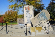 "<h5>Die Berliner Mauer in Fort Leavenworth, Kansas</h5><p>Details u. Copyright:  <a href=""http://the-wall-net.org/?p=528"" >Fort Leavenworth, KS</a> / Mehr <a href=""http://the-wall-net.org/category/the-berlin-wall/us/"" >Standorte USA</a></p>"