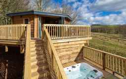 You Can Stay In A Luxury Treehouse With A Hot Tub In The Peak District