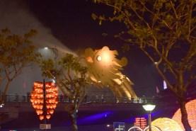 橋を通行止めにして火と水を吹く龍の頭、残念ながら火は撮れず