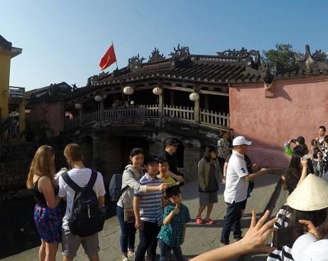 日本橋(来遠橋)の前は写真を撮る人でいっぱい