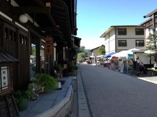 古い町並みの前での出店