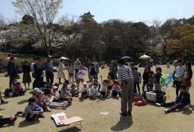 お馴染みの「たなちゃん」の大道芸、観客も多く盛り上がっていました