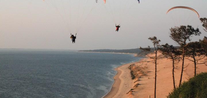 Parapenters voor de kust