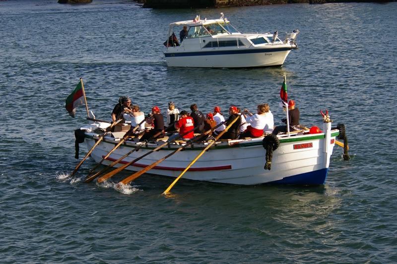 Jedes Team besteht aus dreizehn Personen. Zwölf Leute haben die Aufgabe, das Boot mittels 3,50 m langen Holz-Riemen über eine Strecke von ca. 500 m zu pullen. Das 13. Mitglied lenkt das Boot und sorgt durch Anfeuerung für den Rudertakt.