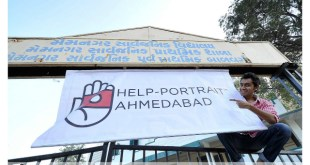 Help-Portrait Ahmedabad 2013: The signage being put up