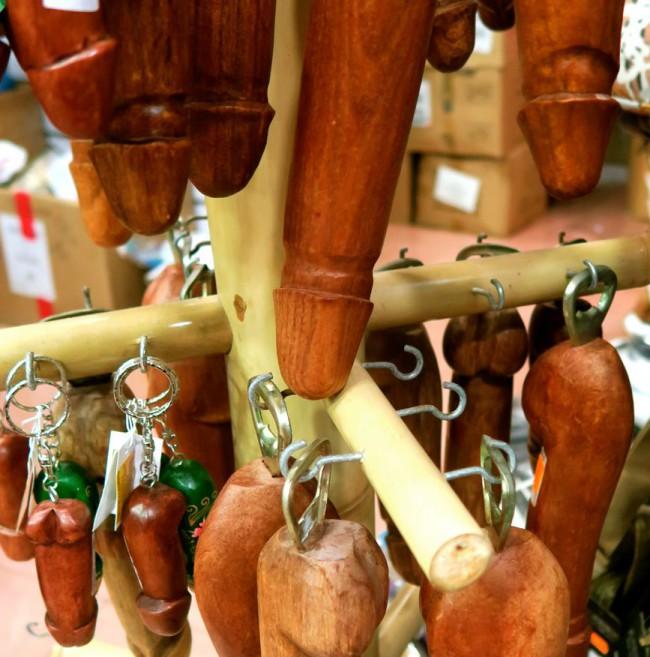 Hva med en nøkkelring? Blir lettere å finne nøklene i veska i det miste.