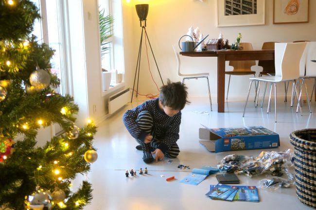 Høy konsentrasjon. Om ti minutter blir han irritert og jeg må bygge resten.