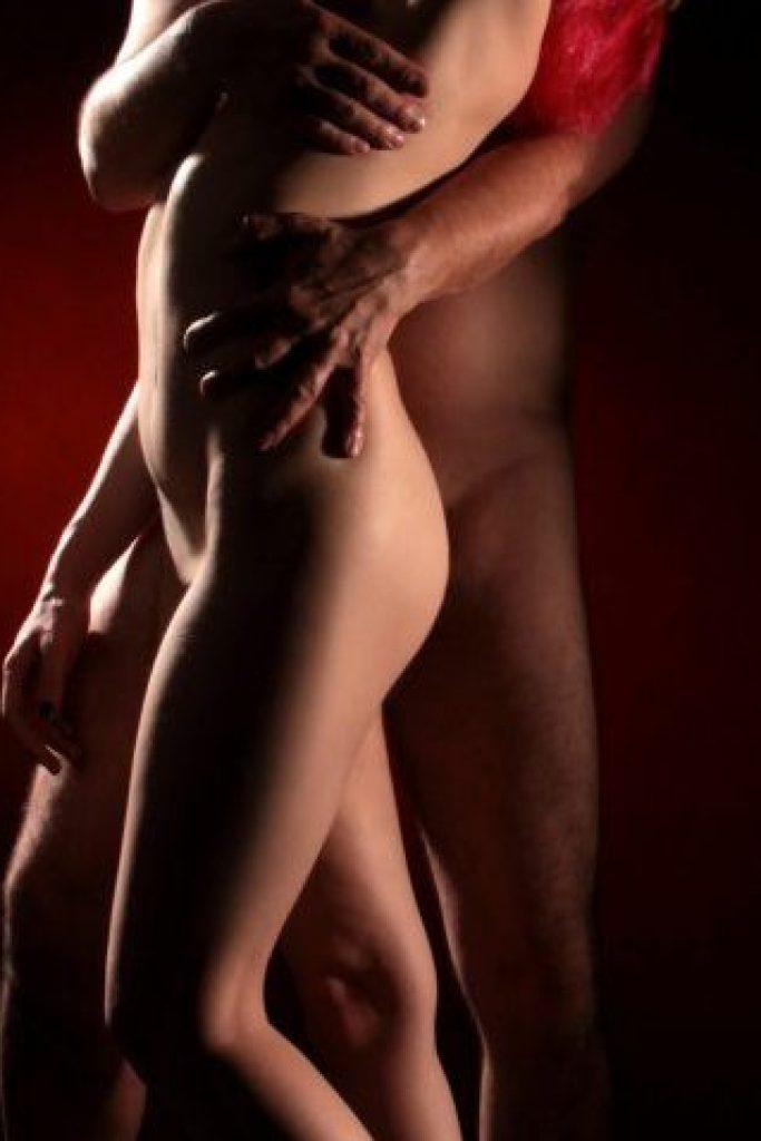 Mann umarmt nackte Frau