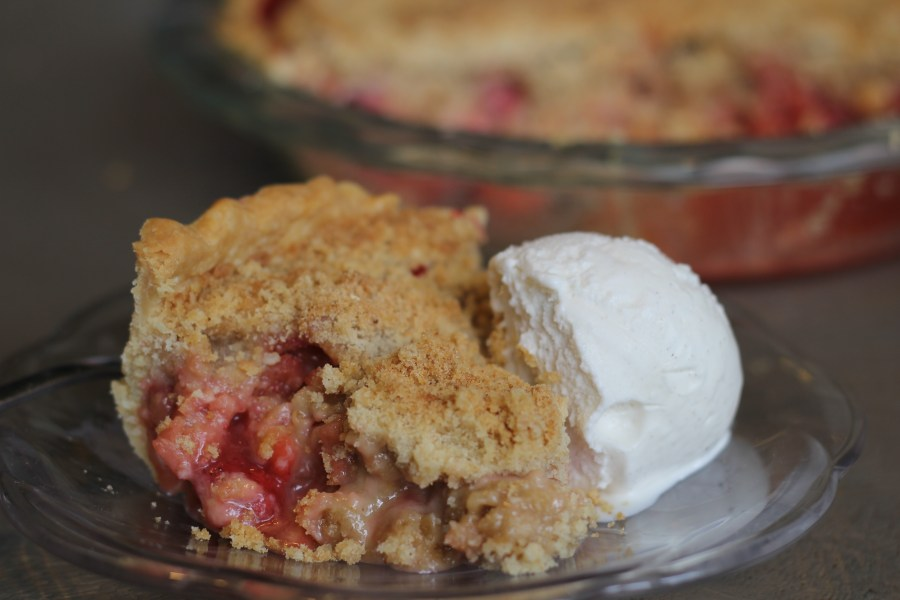 Rhubarb Strawberry Crumble Pie