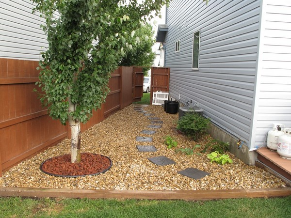 15 Absolutely Stunning Side Yard Decor Ideas You Must See ... on Front Side Yard Ideas id=11356