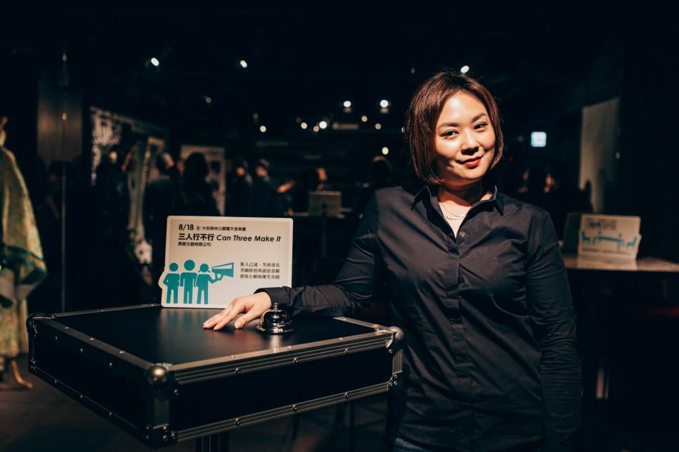 《三人行不行》導演黃毓棠,帶著當年國修老師贈與的「導演鈴」,傳承著李國修老師當年在劇場做戲的方式,希望之後能把李國修老師的戲