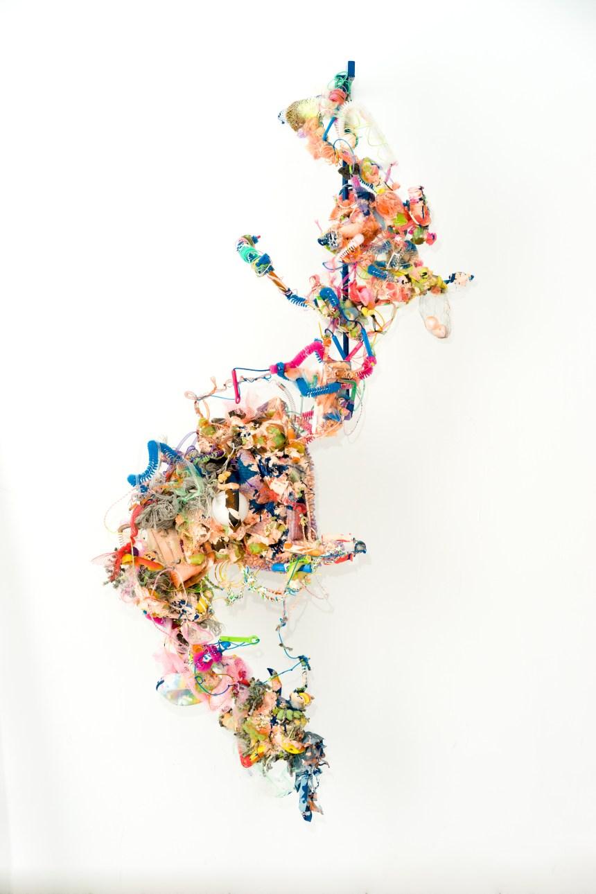 黃彥超_癱瘓.流量_雕塑,塑料媒材,現成物,丙烯,輕質土_212x48x117cm 2017.jpg