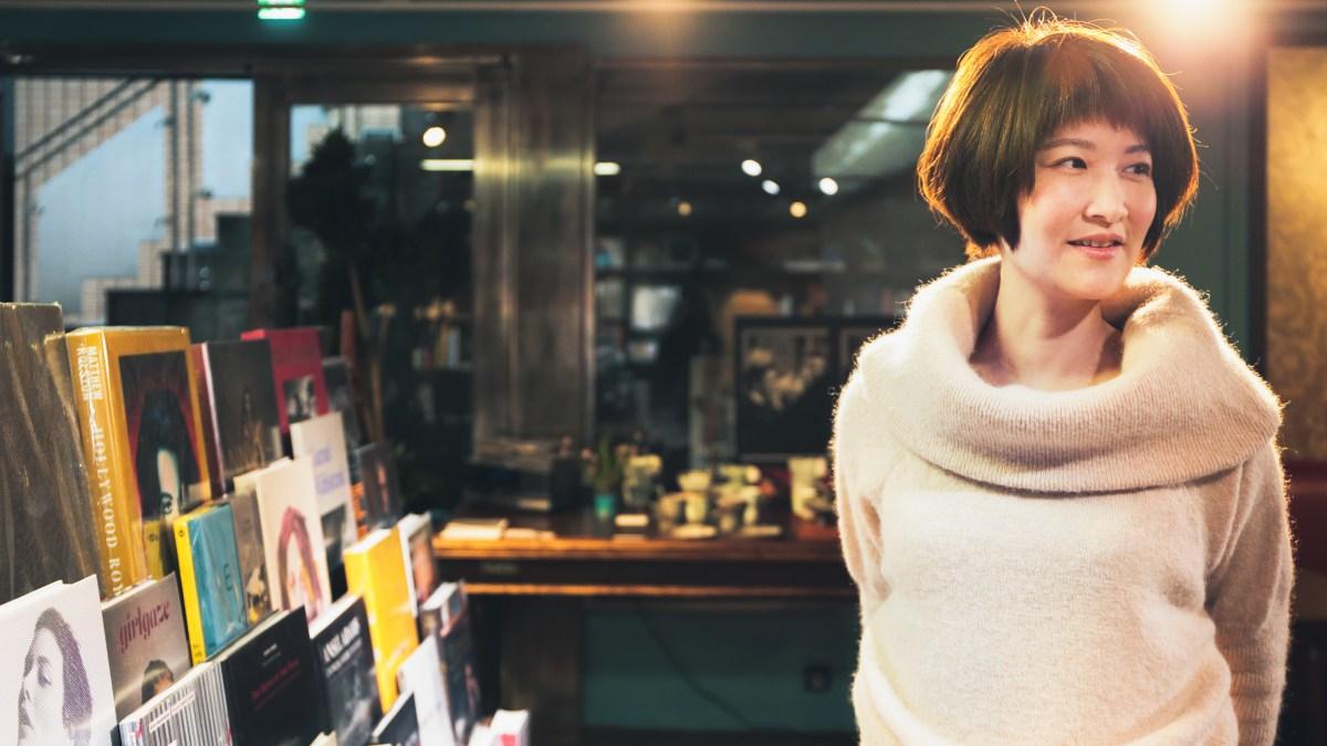 「我們畢竟是人,人看書是一種浪漫。」希望紙書本能給你的愉悅,是AI難以取代的┃專訪 亞典書店總監戴珞晴