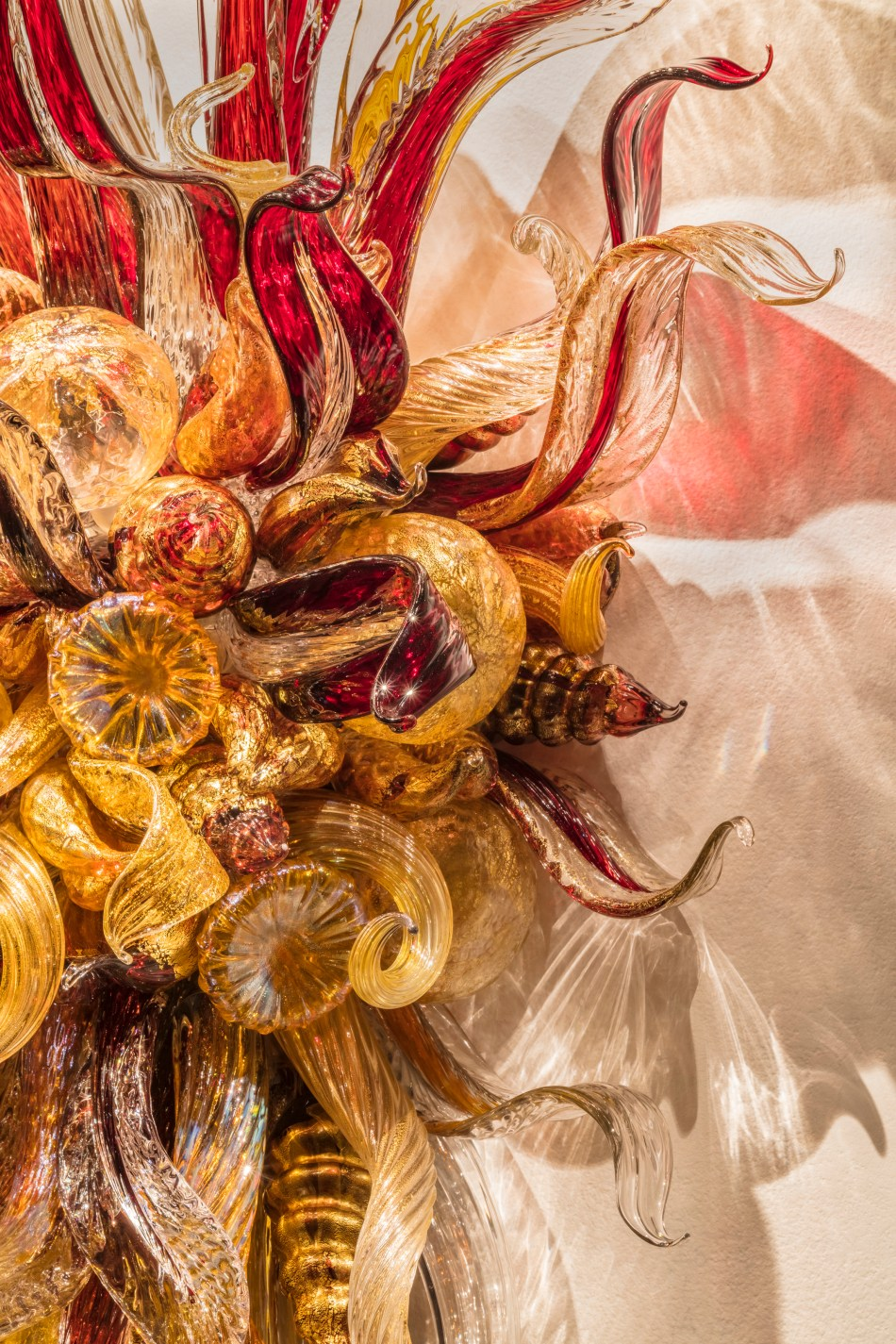 Cranberry and Sienna Sconce (detail) 紅莓與赭色壁燈(局部), 2018, 191 x 122 x 61 cm © Chihuly Studio