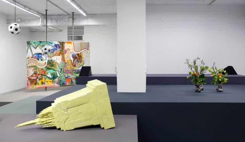 Week 4- 周育正 Chou Yu-Cheng, 《開幕花卉二》'Flowers for Opening II', 不鏽鋼花瓶、鮮花 Stainless steel vase, fresh cut flowers, 尺寸依場地而定 Dimensions variable
