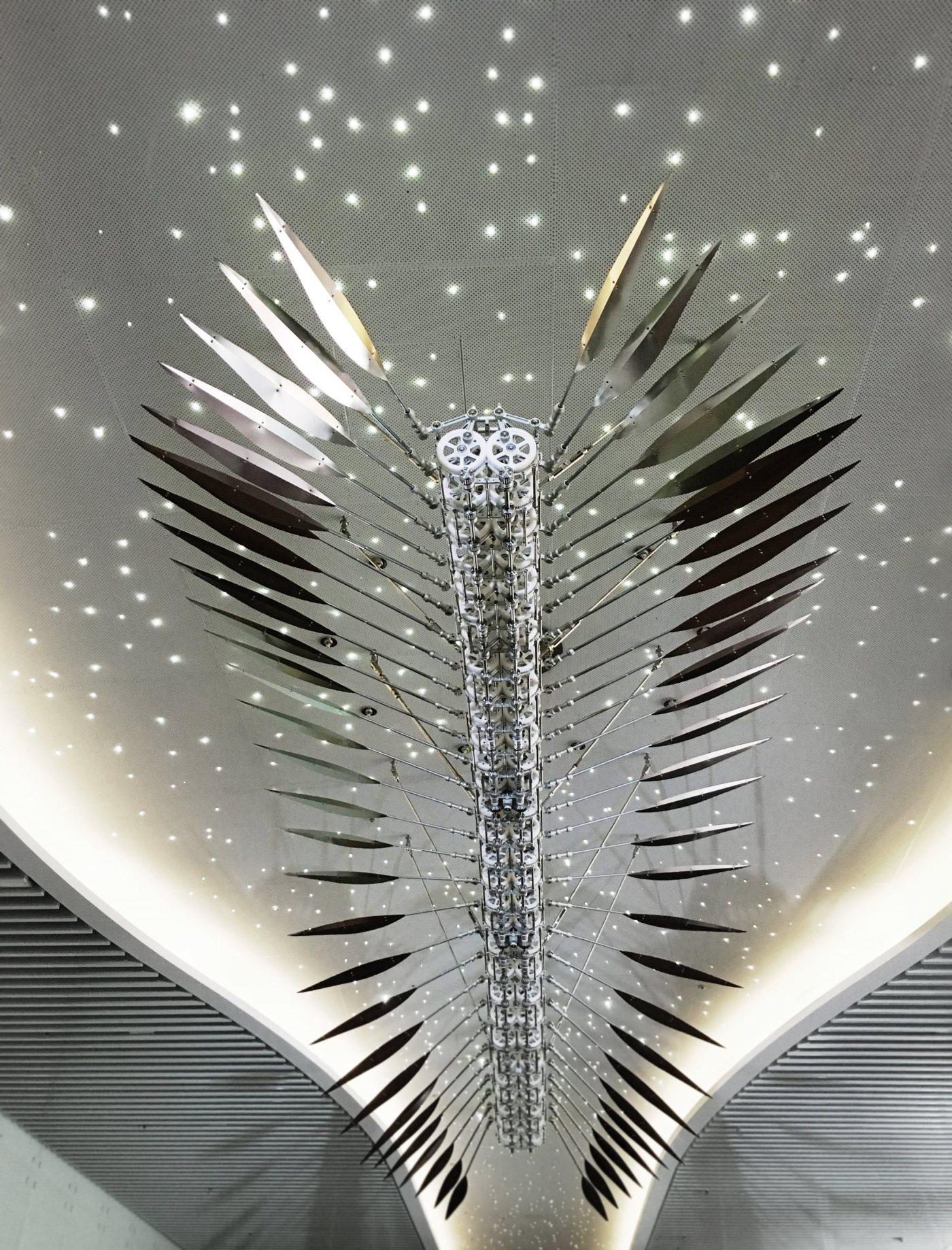 豪華朗機工,漫遊-羽,2016,動力機械裝置(不鏽鋼、鋁合金、玻璃纖維碳纖複合、馬達),717(L) x 248(W) x 140(H) cm LuxuryLogico, Wandering: Feather, 2016, Kinetic Sculpture (Stainless steel, aluminum alloy, Carbon fiber rod, motor), 717(L) x 248(W) x 140(H) cm