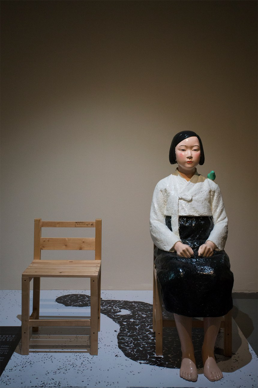 金曙炅&金運成 KIM Seo kyung , KIM Eun sung, Statue of Peace 《和平少女像》, FRP、木頭 FRP, wood 45×60×125cm 2011
