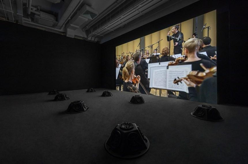 《消音狀況#22:消音的柴可夫斯基第五交響曲》2018年,高清錄像、八頻道聲音裝置及地毯, 45分鐘,藝術家借出,展覽現場照片(2019),攝影:Winnie Yeung @ iMAGE28, 圖片由香港M+提供。