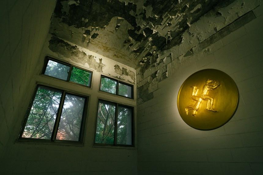 「姚瑞中:犬儒共和國」於舊空總美援大樓展場一景。 A scene from Yao Jui Chung: Republic of Cynic at Art Space V (former U.S. Aid Building) of C-LAB.