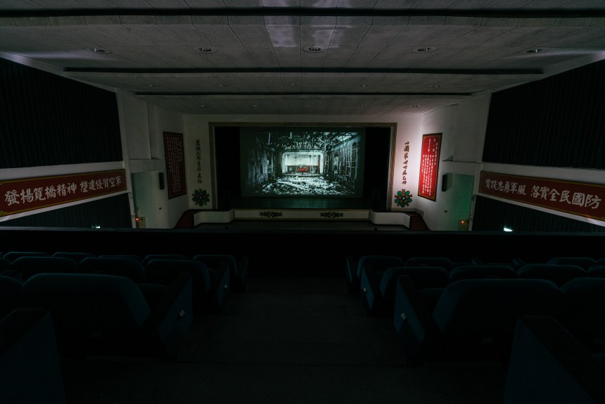 "姚瑞中《萬歲》,錄像裝置,5分30秒,2011–2012。(藝術家自藏)Yao Jui Chung, Long Live, video installation, 5'30"", 2011–2012. (Collection of the artist)"