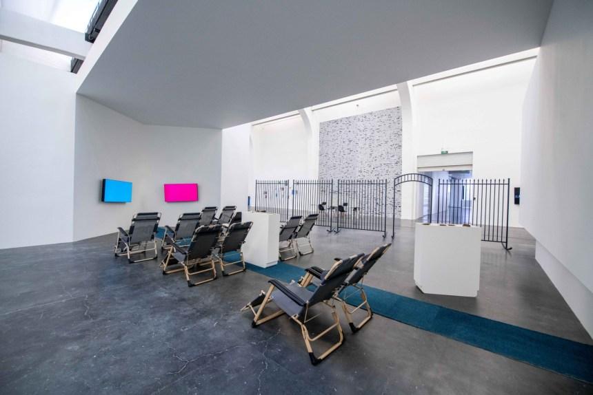何采柔,《搖欄II》,2019;何懷恩,《 CX888》,2018。[緊急中的沈思]展覽現場 Installation, View Courtesy of UCCA 尤倫斯當代藝術中心