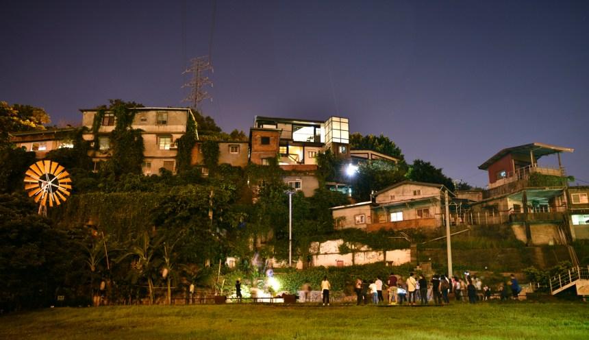 2015年舉辦寶藏巖光影工作營,規劃寶藏巖全區照明(中強光電文化藝術基金會提供)
