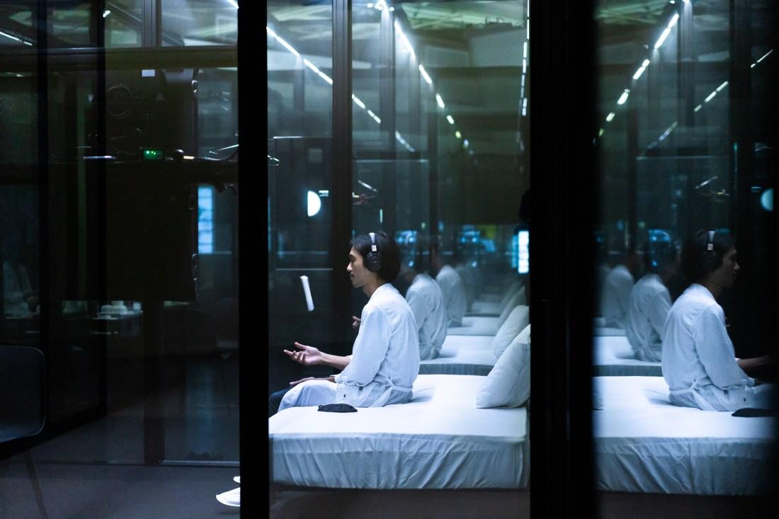 Baboo ,,2020,裝置、網路直 播、互動式演出,複合媒材,尺寸依現場空間。演 出執行:莎妹工作室。臺北市立美術館提供。 Baboo , Corona Villa , 2020, installation, live streaming, interactive performance, mixed media, dimensions variable. Performance execution: Shakespeare's Wild Sisters Group Courtesy of Taipei Fine Arts Museum.