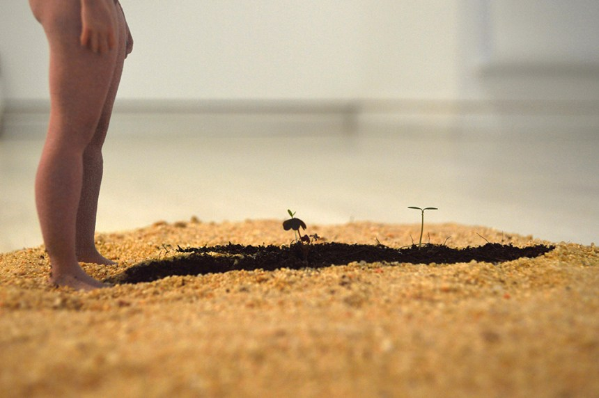 Emerge I (HER) 浮現 I (她), 2017, Sculpture on sand / Shadow with flowers blooming. 3D列印、沙, 13 cm (h), Courtesy of Double Square Gallery 双方藝廊
