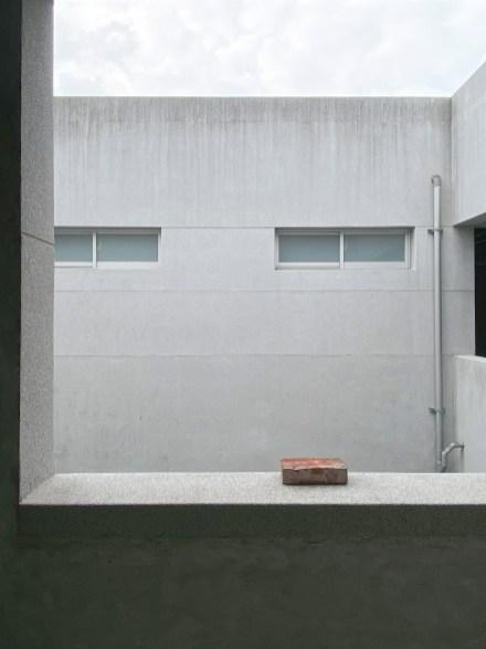 欄杆上的磚塊 A brick on the parapet, 賴志盛 Lai Chih-Sheng, 磚塊、壓克力顏料 Brick, Acrylic paint, 2020. Courtesy of the Artist
