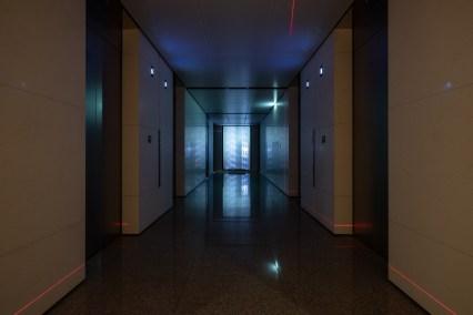 吳燦政作品《漫遊者004》利用梯廳場域召喚城市記憶的日常聲景,擴大觀者視聽體驗 © 忠泰美術館