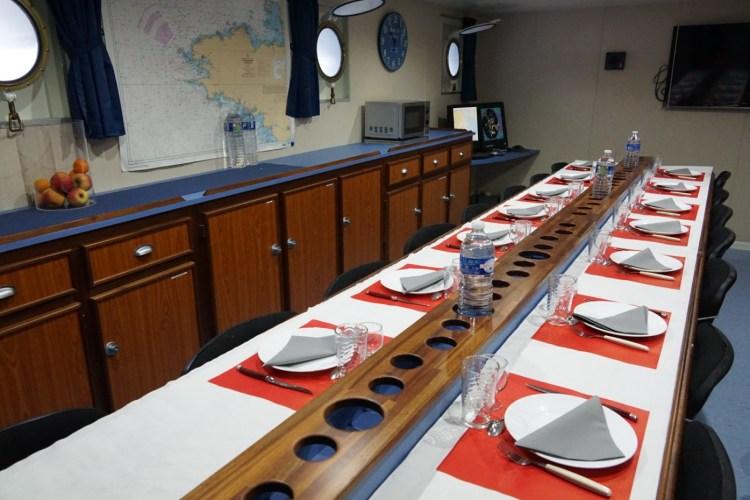Salle de cours pouvant se transformer rapidement en salle à manger.