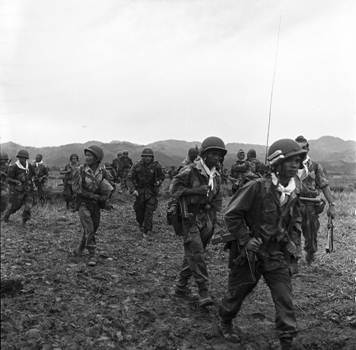 Parachutistes vietnamiens dans la vallée de Dien Bien Phu (Photo ECPAD).