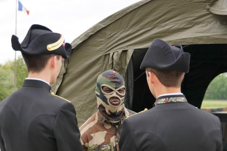 """Deux """"X"""" en compagnie d'un soldat des forces spéciales."""