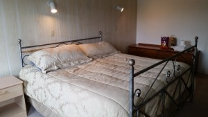 king bed guestroom