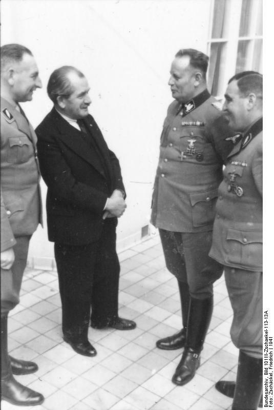 Фердинанд Порше(второй слева) встречается с командиром CC Вальтером Крюгером