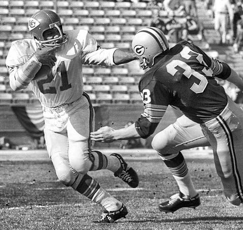 Chiefs running back Mike Garrett (21) tries to elude Jim Grabowski (33) (photo by Art Rogers / Los Angeles Times).