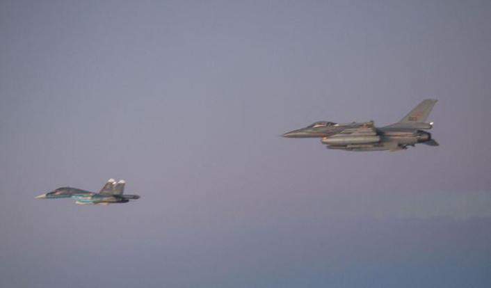 F-16 escorts Su-34