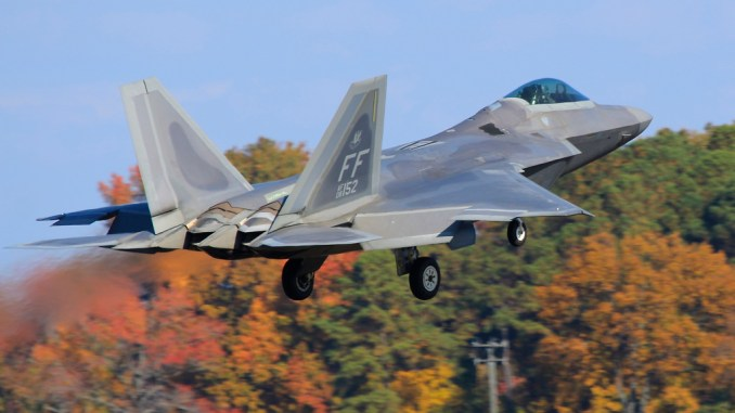 Rare insight into F-22 Raptor vs T-38 Talon aerial combat