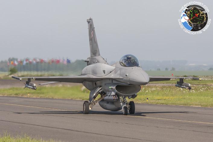 Polish AF F-16 taxi