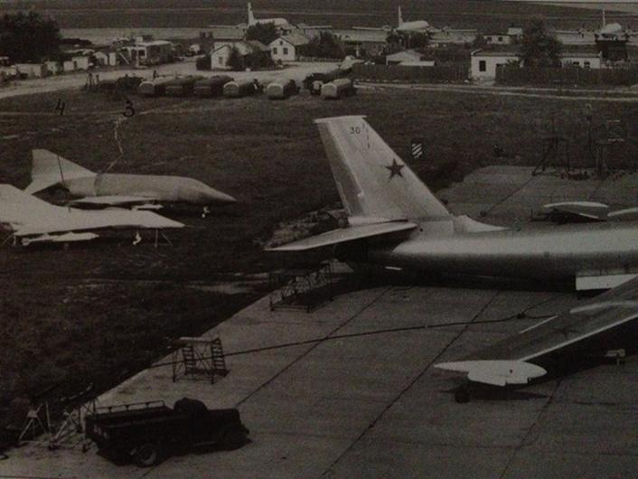 Um F-4 Phantom II e um francês Mirage III estão escondidos atrás de um bombardeiro russo Myasishchev M-4 na Rússia. (International Air Power Review Photo)