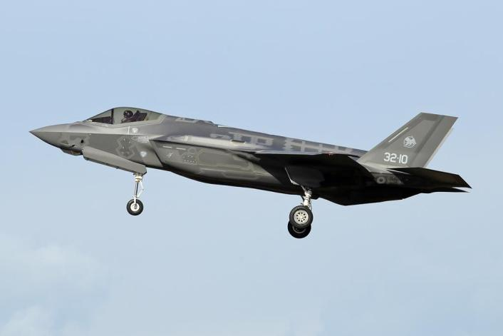 F 35 Rivolto 4 - Italian Air Force F-35s Carry Out SEAD and DEAD Training During Exercise Lightning 2020