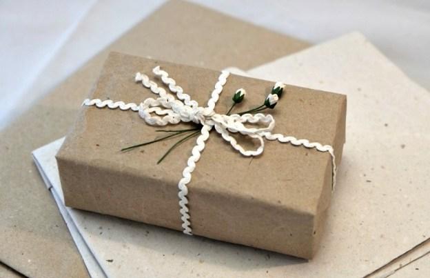 Подарки хорошо смотрятся в обычной крафт-бумаге